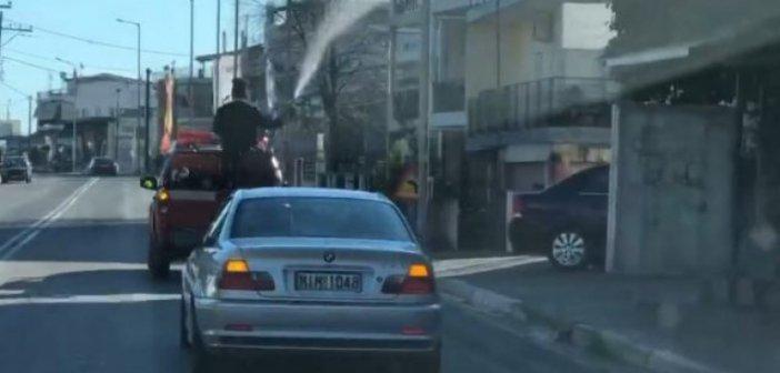 Απίστευτο: Παπάς στη Λαμία ανέβηκε σε καρότσα και έριχνε αγιασμό με τη… μάνικα(Video)