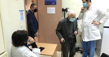 Πάτρα: Ξεκίνησαν οι εμβολιασμοί στα Κέντρα Υγείας- Επί τόπου ο Γιάννης Καρβέλης