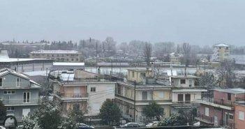 Χιόνι και στα Γιάννινα, στα λευκά όλα τα ορεινά