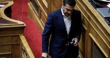 Απρόοπτο στη Βουλή: Εσπασε το μικρόφωνο ενώ μιλούσε o Τσίπρας