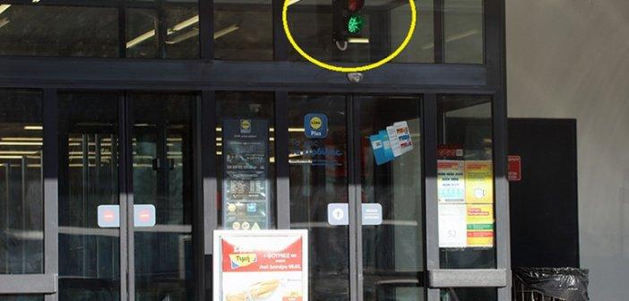 Καβάλα: Απίστευτο – Φανάρι σε σούπερ μάρκετ για να μπαίνουν οι πελάτες και να τηρούνται τα μέτρα