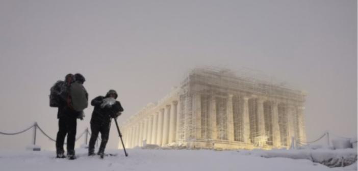 Κακοκαιρία Μήδεια: Δείτε την Ακρόπολη ντυμένη στα λευκά – «Ένα φως που δεν σβήνει ποτέ»