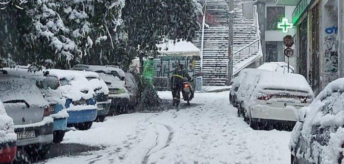 Απίστευτη φωτογραφία: Ντελιβεράς ανεβάζει με τα χέρια το μηχανάκι μεσ' τα χιόνια (pic)