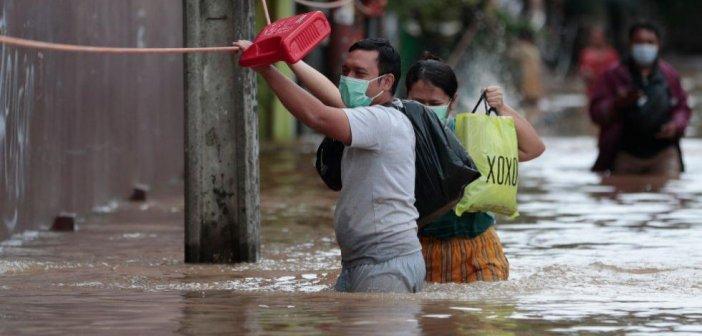 Πλημμύρες «πνίγουν» την Τζακάρτα, εκατοντάδες άνθρωποι άστεγοι