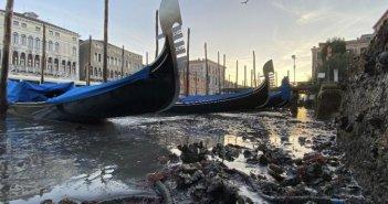 Απόκοσμο θέαμα: Στέρεψαν τα κανάλια της Βενετίας – Γόνδολες άραξαν λόγω άμπωτης στο βυθό [βίντεο]