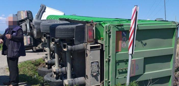 Λεύκα Αγρινίου: Ντελαπάρισε φορτηγό στον αύλακα (ΦΩΤΟ)