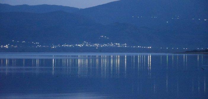 Ονειρεμένη Πανσέληνος στη λίμνη Τριχωνίδα