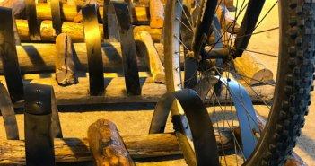 Οινοποιείο στη Χαλκιδική φτιάχνει βάσεις στάθμευσης ποδηλάτων από βαρέλια και πίνακες από φελλούς