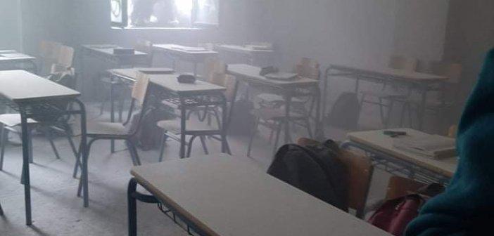 Αγρίνιο: Πνίγηκε στους καπνούς το 1ο Γενικό Λύκειο – Μαθητές έκαψαν βιβλία και τσάντες σε αίθουσα  (φωτογραφίες)