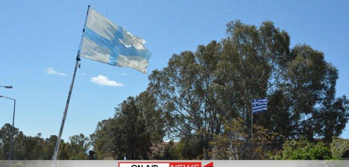 Υψώθηκε η σημαία της Επανάστασης εμβαδού 400 τετραγωνικών μέτρων στην είσοδο του Μεσολογγίου (ΦΩΤΟ)