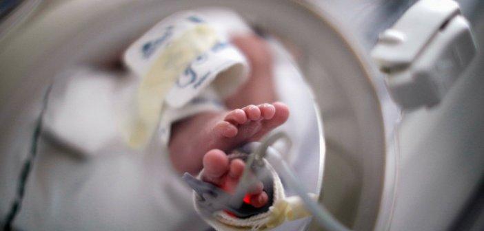 Βρήκε νεογέννητο σε χωράφι στον Ασπρόπυργο – Είχε ακόμη τον ομφάλιο