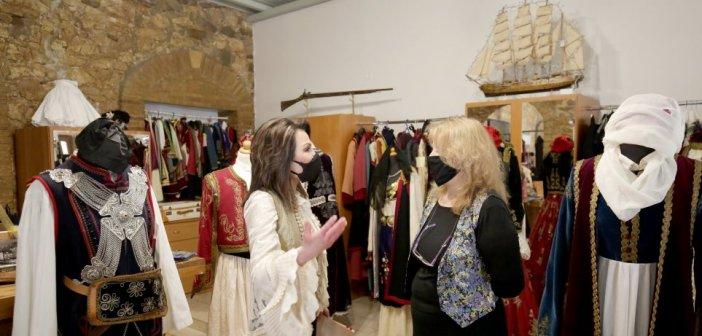 Η Γιάννα Αγγελοπούλου με χρυσοκέντητο γιλέκο στις εκδηλώσεις για την Έξοδο του Μεσολογγίου