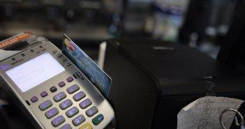 Ηλεκτρονικές αποδείξεις: Τι θα ισχύσει φέτος για το όριο δαπανών και το πέναλτι