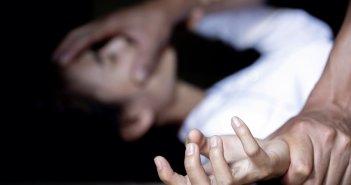 Νέα Σμύρνη: Την βίασε και την κούρεψε μπροστά σε άλλους δύο