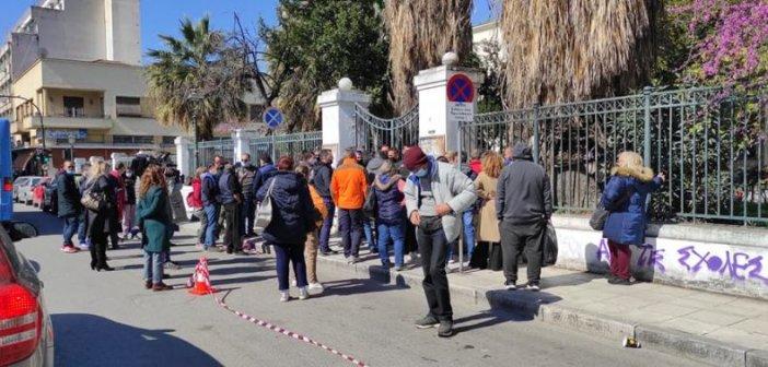 Βόλος: Συγκεντρωμένοι προπηλάκισαν τον φονιά της Μακρινίτσας