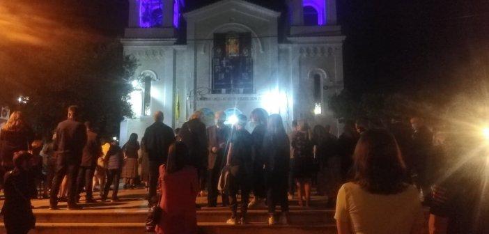 Αγρίνιο: Με πλήθος κόσμου η περιφορά του επιταφίου της Αγίας Τριάδας στον προαύλιο χώρο (ΦΩΤΟ + VIDEO)