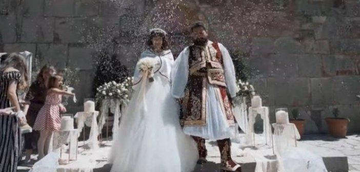 Γαμπρός και νύφη πήγαν στην εκκλησία με ενδυμασίες του 1821 (video)