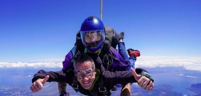 Κώστας Μπακογιάννης: Έκανε δώρο στον εαυτό του άλμα με αλεξίπτωτο στη μνήμη φίλου του