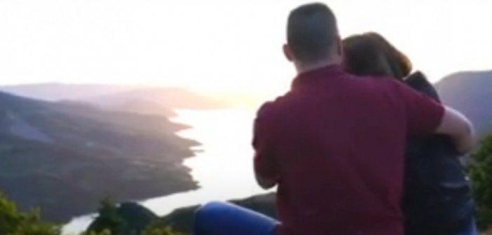 Πρόταση γάμου με φόντο τη λίμνη Κρεμαστών (VIDEO)