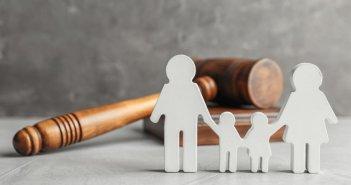 Η αντιπαράθεση για τη συνεπιμέλεια των παιδιών φτάνει στη Βουλή