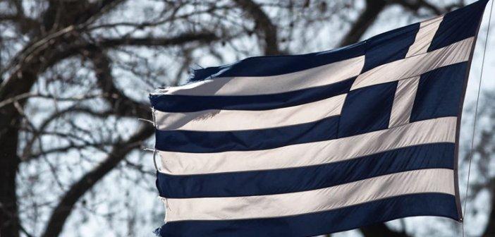 Η μεγαλύτερη ελληνική σημαία στον κόσμο υψώθηκε στη λίμνη Πλαστήρα (βίντεο)