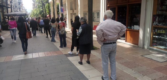 Αγρίνιο: Μέσα σε τρεις ώρες 140 rapid test έξω από το Δημαρχείο (εικόνες)