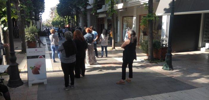"""Αγρίνιο: Το """"περίμενε"""" για rapid test δείχνει την ανησυχία (εικόνες)"""