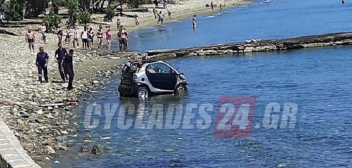 Σοκ για τους λουόμενους στην Τήνο – Βούτηξε με το αυτοκίνητο στη θάλασσα προσπαθώντας να αποφύγει τη σύλληψη