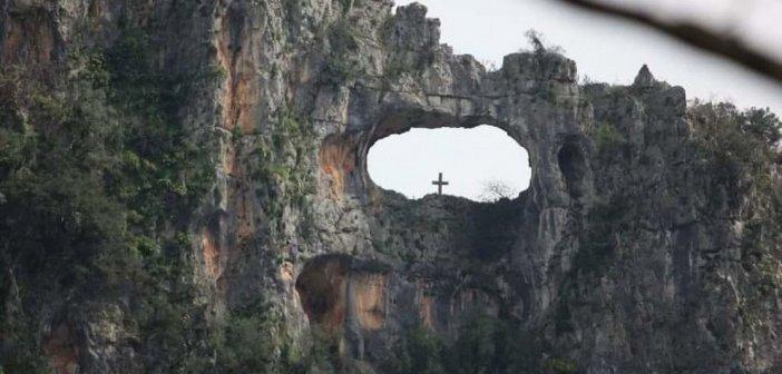 Η τρύπα του Αη Γιώργη: Το μοναδικό μνημείο της φύσης και ο μύθος του ιπτάμενου καβαλάρη (video)