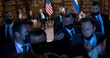 Τετ-α-τετ Μπάιντεν – Πούτιν στη Γενεύη: «Άναψαν τα αίματα» μεταξύ Αμερικανών και Ρώσων δημοσιογράφων (video)