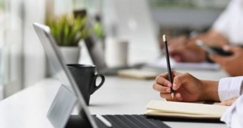 Νέο εργασιακό νομοσχέδιο: Τι ισχύει για τις υπερωρίες και τι είναι η διευθέτηση χρόνου εργασίας