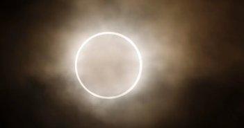Μαγεία στον ουρανό: Αρχισε η δακτυλιοειδής έκλειψη ηλίου – Απίστευτες εικόνες