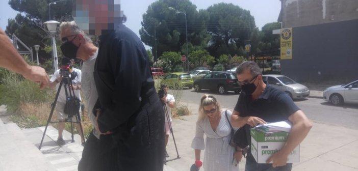 Αιτωλοακαρνανία: Κατήγγειλαν τον ιερέα για βιασμό και κακοποίηση όταν ήταν ανήλικες- Οδηγήθηκε στον Εισαγγελέα