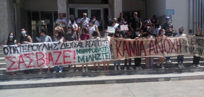 """Αγρίνιο: Συγκέντρωση αλληλεγγύης στο Δικαστικό Μέγαρο – """"Ο πατερούλης δεν σας αγαπούσε, σας βίαζε"""" (video – εικόνες)"""