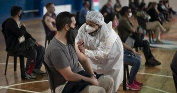 Τρίτη δόση εμβολίου κατά του κορωνοϊού: Πότε και για ποιους θα χρειαστεί – Τι «βλέπουν» οι ειδικοί