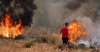 Φωτιά στην Πάτρα: Καίγονται σπίτια – Τραυματίστηκε πυροσβέστης (εικόνες+video)