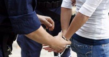 Λεχαινά: Το «έσκασε» με τις χειροπέδες λίγο πριν τον επιβιβάσουν στο περιπολικό