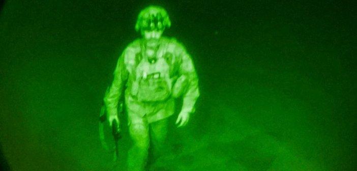 Αφγανιστάν – Ιστορική φωτογραφία: Ο τελευταίος Αμερικανός στρατιώτης που έφυγε από την Καμπούλ
