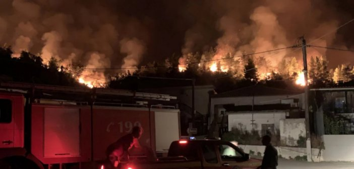 Δύσκολη νύχτα στην Εύβοια: Η φωτιά περικυκλώνει χωριά -Σε ετοιμότητα σκάφη για τους πυρόπληκτους