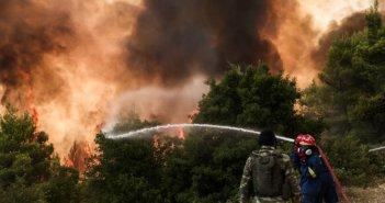 Φωτιά στη Βαρυμπόμπη: Τρεις τραυματίες με ελαφρά εγκαύματα μεταφέρονται στο ΚΑΤ