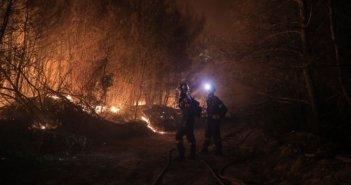 Αχαΐα: Απόκοσμες εικόνες από την ολονύχτια μάχη μάχη με τις φλόγες (ΦΩΤΟ)