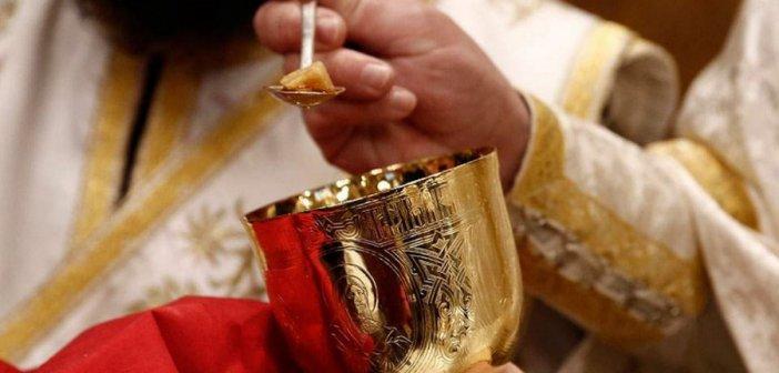 Αχαΐα: Σάλος με ιερέα που αρνήθηκε να κοινωνήσει έγκυο επειδή ακόμα δεν έχει παντρευτεί