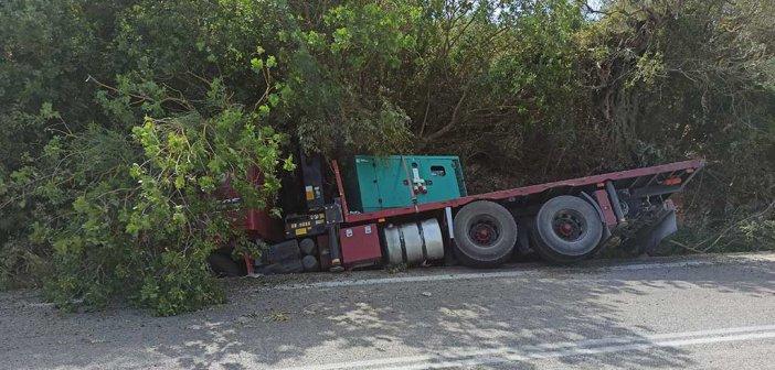 """Αμφιλοχία: Φορτηγό """"σφηνώθηκε"""" σε χαντάκι κοντά στη Στάνο – Τραυματίστηκε ο  οδηγός"""