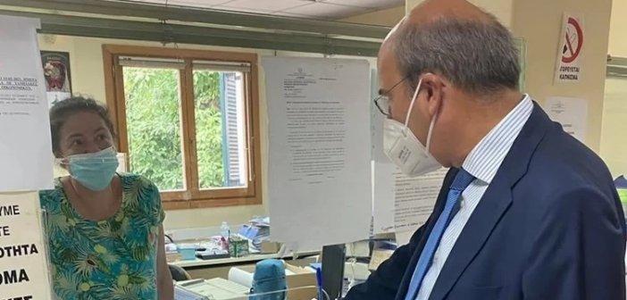 """Κέρκυρα: Υπάλληλος του ΕΦΚΑ δεν… αναγνώρισε τον Χατζηδάκη – """"Είμαι ο υπουργός, πιστέψτε με"""""""