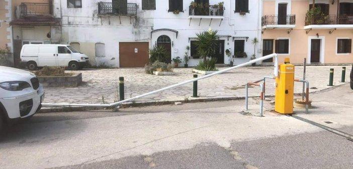 Βόνιτσα: Νέα δολιοφθορά στην παραλιακή – Αχρήστεψαν ξανά τις μπάρες που απαγορεύουν την κυκλοφορία των οχημάτων