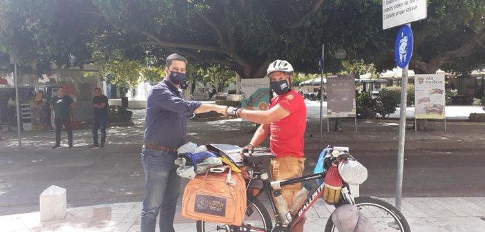 Με τον ποδηλάτη που κάνει τον γύρο της Ελλάδας ο Δήμαρχος Αγρινίου