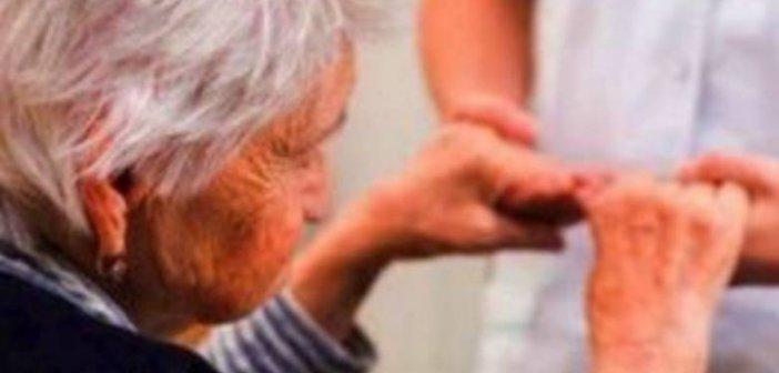 """Δυτική Ελλάδα: Η γιαγιά ήθελε να εμβολιαστεί στα 103 της χρόνια! Πως βοήθησαν τα στελέχη του """"Βοήθεια στο σπίτι"""""""