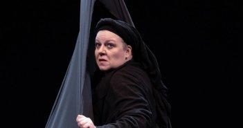 """Η συγκλονιστική παράσταση """"Η Κυρά της Ρω"""" την Πέμπτη 4 Νοεμβρίου στο ΔΗ.ΠΕ.ΘΕ. Αγρινίου – Μια σπάνια θεατρική εμπειρία"""