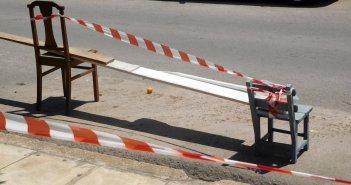 Καρέκλες, τελάρα, διαφημιστικές σημαίες… – Όλα για μια θέση στάθμευσης