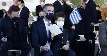 28 Οκτωβρίου: Ο Κώστας Μπακογιάννης στην παρέλαση με τον μικρότερο γιο του